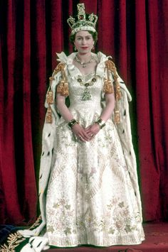 Queen Elizabeth II's Coronation Dress, designed by Norman Hartnell Elizabeth First, Young Queen Elizabeth, Queen Elizabeth Ii Crown, God Save The Queen, Princesa Elizabeth, Die Queen, English Royal Family, Royal Jewelry, Bling Jewelry