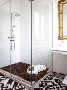 Un piso actual: baño con suelo hidraulico