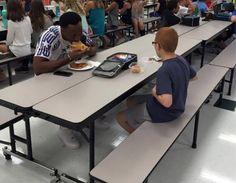 Want uiteindelijk hoort niemand alleen te eten: autistisch of niet :-) Solidariteit en warme menselijkheid ten top!