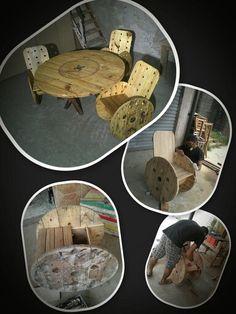 Mesa e cadeiras feitas com carretas de madeira.#madeiraantiga #reciclagem