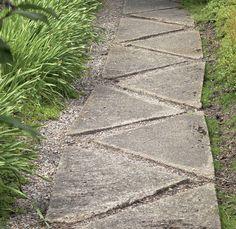 Puolitetut ja lomittain ladotut betonilaatat tuovat pihapolkuun jännitettä ja mielenkiintoa.