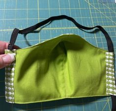Here's an Easy to sew Face Mask: fast and comfortable because the elastic goes behind the head and not behind the ears. Hours of painless wear. Easy Face Masks, Homemade Face Masks, Diy Face Mask, Small Sewing Projects, Sewing Hacks, Sewing Tutorials, Sewing Tips, Fun Projects, Sewing Ideas