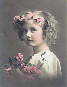 Niña con bincha de flores