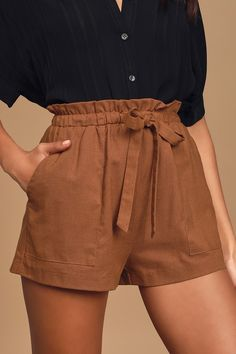 Get your priorities in order with the LUSH First Things First Rust Brown Paperbag Waist Shorts! Linen-blend shorts with paperbag waist, and drawstring ties. Grunge Style, Soft Grunge, Style Indie, Bermudas Shorts, Comfy Shorts, Linen Shorts, Cute Shorts, High Waisted Shorts Outfit, Brown Shorts Outfit
