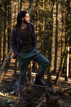 Influencer-Malefashionblog-Maennermode-Sakko-Ledertasche-Cargohose-Lederboots-Waldspaziergang