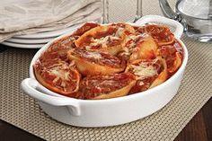 Receita de Conchiglioni recheado com carne moída gratinado em um refratário branco