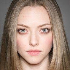Amanda Seyfried - natural looking makeup on a light spring