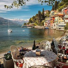 Comer See, Italien. - in 2020 Italy Vacation, Vacation Spots, Italy Travel, Vacation Packages, Places Around The World, The Places Youll Go, Places To See, Lac Como, Wonderful Places