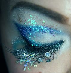 Beautiful sparkly eye Make-up. Dew drops & fairy glitter, plus gorgeous peacock colors & iridescence. Love it!