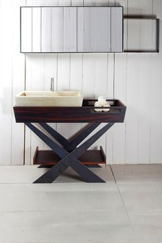 The unit is composed of a large wooden bathtub integrated with a washbasin in tadelakt. The support structure is in waxed raw iron.