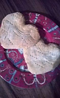 En muista, mitä varten alun perin olen ostanut Helmi-perunasuurimoita, mutta kun paketti oli lojunut kaapissa jo pitkän aikaa, päätin ottaa käyttöön paketin kyljestä löytyvän teeleipä-ohjeen. Leivoin näitä tänään aamiaiselle ja ystävänpäivän innoittamana päätin muotoilla leipäset sydämen muotoon. Minä sain taikinasta 7 kappaletta sydämiä, paketin ohjeessa neuvottiin tekemään kolme isoa ja pyöreää leipää. Nämä olivat tosi hyviä. Suosittelen kokeilemaan vaihteluksi perinteisille teeleiville. Cookies, Desserts, Food, Crack Crackers, Tailgate Desserts, Deserts, Biscuits, Essen, Postres