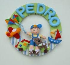 Enfeite para Porta de Maternidade para Menino.  Guirlanda em MDF medindo 30cm de diâmetro forrada com tecido. Tudo costurado à mão em feltro.  Faço nas cores, tamanho e tema que desejar.