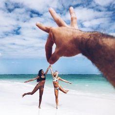 New beach photography bff ideas Beach Photography Poses, Creative Photography, Photography Ideas, Photos Tumblr, Illusion Photos, Cute Beach Pictures, Beautiful Pictures, Illusion Photography, Shotting Photo