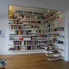 Da série bemm bolado. O bom uso de cada de espaço , uma escada que tem uma estante de livros ou uma estante que de livros que tem uma escada?.. Amei.❤❤❤