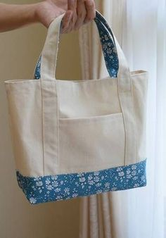 Cómo hacer un bolso de tela muy fácil - - Bag Patterns To Sew, Sewing Patterns, Tote Pattern, Patchwork Patterns, Tote Bags Handmade, Diy Bags, Patchwork Bags, Patchwork Quilting, Denim Bag