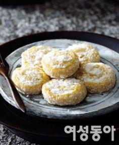 세상에서 가장 쉬운 떡 만들기 Korean Sweets, Korean Dessert, Korean Food, Korean Rice, Korean Recipes, K Food, Korean Dishes, Asian Desserts, Rice Cakes