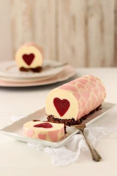 Best Cake : Bavarian cream with white chocolate and raspberry - delicious virtue Valentine Desserts, Valentines Day Food, Cake Roll Recipes, Dessert Recipes, Beautiful Cakes, Amazing Cakes, Bolo Original, Swiss Roll Cakes, Mousse Cake