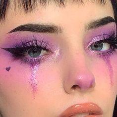 Lila glitter-augen-make-up mit geflügelten liner. Phoria make-up-inspo Purple Makeup Looks, Makeup Eye Looks, Orange Makeup, Creative Makeup Looks, Colorful Eye Makeup, Dark Makeup, Smokey Eye Makeup, Goth Makeup, Makeup Eyes