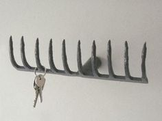 Garderobe / Schlüsselbrett Source by The post Garderobe / Schlüsselbrett appeared first on Finhouse. Key Rack, Home Upgrades, Magnetic Knife Strip, Diy Garden Decor, Sweet Home, New Homes, Crafts, Recycling, Entryway