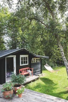 Surf House, Garden Cottage, Home And Garden, Design Scandinavian, Cottage Style, Black House, Outdoor Living, Pergola, Backyard
