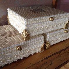 Quando é feita com muito amor, o resultado é fantástico..simplesmente foi uma das caixas que mais ameiiii..muita dedicação para o Batizado da princesa MariaCatarina #Caixaspersonalizada #batizado #perolas #mimolindo #belissima #elegante #luxo