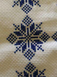 Cross Stitch Boarders, Cross Stitch Alphabet, Cross Stitch Flowers, Cross Stitch Designs, Cross Stitching, Cross Stitch Embroidery, Cross Stitch Patterns, Hand Embroidery Designs, Embroidery Patterns