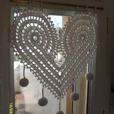 Rideau en forme de coeurs au crochet fait main