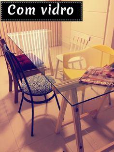 Um jeito charmoso e fácil de se ter uma mesa bacana no seu home office ou outro cômodo é usando cavaletes. A ideia é simples: com dois cava...