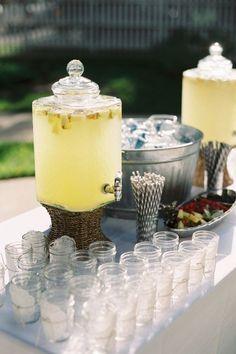 Mesa de licores para bodas de temporada veraniega #decoración #bodas