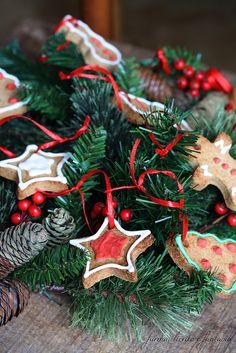 Pochi giorni prima di Natale mi è balzata alla mente, l'idea di creare qualcosa di originale e diverso dal solito. Ho preparato così dei biscottini pan di zenzero, li ho decorati con la glassa e poi li ho utilizzati per creare un centrotavola. Rami di abete, nastri rossi, biscottini. Ci vuole davvero poco per decorare la vostra tavola con fantasia.   Ingredienti: 370 g farina 00 100 g burroContinua a leggere...