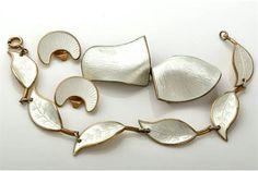 Brosje IvarTHolth, øreclips Aksel Holmsen,  armbånd Willy Winnes Enamel Jewelry, Jewelry Art, Jewellery, Norway, String Bikinis, Sculpture, Beads, Bracelets, Dental Floss