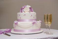 Zarte Hochzeitstorte mit Dekoration in hellem Flieder