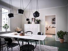 Oerhört charmigt boende i trevliga Ekebäck - Stadshem Black Dining Chairs, White Dining Table, Swedish House, Painted Floors, White Rug, Scandinavian Home, Dining Room Design, Linen Sofa, Interior Inspiration
