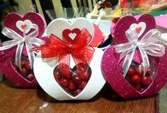 Porta bombón Kids Crafts, Valentine Crafts For Kids, Valentines For Boys, Foam Crafts, Valentine Decorations, Valentine Gifts, Diy And Crafts, Paper Crafts, Candy Bouquet Diy