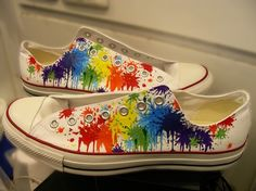 This makes me want to get white converse and let my kid have at them with dye . if only I could comfortably wear converse. Cool Converse, Converse Sneakers, Converse All Star, Rainbow Converse, Converse Outlet, Rainbow Shoes, Vans, Do It Yourself Fashion, Shoes