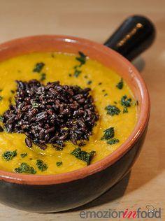 Crema vellutata di zucca, carote, porri, con riso Venere. Piatto vegetariano.