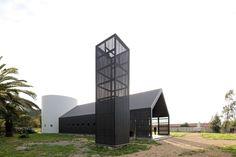 Construido en 2016 en Totihue, Chile. Imagenes por Nico Saieh. La comunidad rural de Totihue (Sexta Región, Chile) utilizaba desde 1972 un antiguo silo como Capilla. Luego del terremoto en Chile del 27 de febrero...