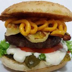 Então vamos mexer com sabores... Katchup A, Mostarda, Pickles, Alface, Tomate, Maionese  A, Blend 100g, Bacon, Banana assada na chapa e Cheddar cremoso num pão tradicional com gergelim! #burgergourmet #brazilburger #carnaval #riodejaneiro #brazilianburger #iloveburger #brazilianfood #whatelse #pornfood #foodporn #food #aburgerdelivery #ilovebrazil #gourmetburger #burgerchef #gostoso #iloveburgers #bestofworld #gourmet