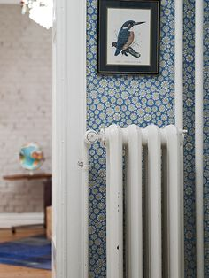 I love this wallpaper, maybe because i had big daisies on my wall as a child. from nifty blog Keltainen talo rannalla