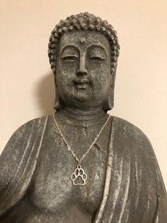 Kette mit Pfoten Anhänger   Etsy Animal Welfare, Beautiful Necklaces, Buddha, Statue, Chain, Vintage, Pendant, Animals, Art