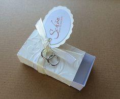 """Nettes kleines Gastgeschenk zur Hochzeit  in weiß / Creme  mit ornamenten geprägt , passen z.B. 2 Ferrero Küsschen rein ;-)  Verziert mit Satinband, Eheringen und einem Anhänger """"schön,dass du..."""