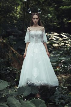 We design and manufacture tulle Wedding Dress woth short sleeves