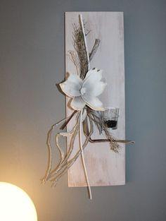 WD55 – Edle Wanddeko! Neues Holz puderfarben gebeizt, natürlich dekoriert mit einer künstlichen Magnolienblüte und Teelichtglas! Größe 20x60cm – Preis 39,90€