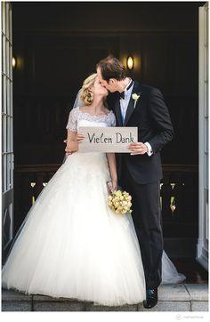 Ich bin sehr stolz Euch diese Traumhochzeit von Elisabeth & Michael auf Schloss Hasenwinkel präsentieren zu können, die ich als Hochzeitsfotograf begleiten durfte. Für dieses gut gelaunte Brautpaar war der Mauerfall ein Glücksfall. Denn so lernten sie sich beim gemeinsamen Studium in Rostock kennen und lieben. Zu ihrer traumhaften Hochzeit zog es sie ins Herz von Mecklenburg auf das herrliche Schloss Hasenwinkel welches mit seinem toll eingespielten und super-sympathischen Team geradezu zum…