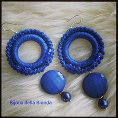 Orecchini all'uncinetto blu... Red Earrings, Beaded Earrings, Crochet Earrings, Bead Crochet, Crochet Lace, Tatting Patterns, Crochet Patterns, Diy Crafts Crochet, Tatting Earrings