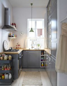 Idée aménagement pour une petite cuisine ! http://www.m-habitat.fr/penser-sa-cuisine/implantation-cuisine/reussir-l-agencement-d-une-cuisine-810_A