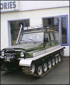 STRANGE TRACKED VEHICLE W/ SNORKLE!