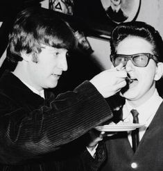 John Lennon feeds Roy Orbison birthday cake in 1963 John Lennon Beatles, The Beatles, Beatles Funny, Beatles Photos, Mundo Musical, Travelling Wilburys, Roy Orbison, The Fab Four, The Clash