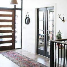 We like @jenniferstagg's bright #entryway, featuring Super White OC-152 on the walls. #designinspiration #interiordesign #homedesign #instadesign #paint