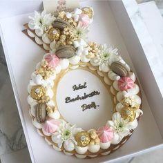 Recipe number cake easy to make - Amourducake Engagement Cake Design, Engagement Cakes, Number Birthday Cakes, Number Cakes, Floral Wedding Cakes, Elegant Wedding Cakes, Cake Wedding, Floral Cake, Elegant Cakes